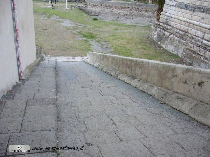 rampa di accesso a una costruzione bastionata laterale