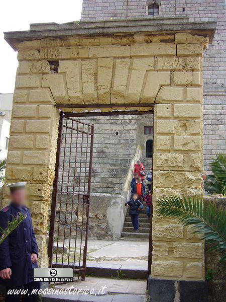 lanterna; il portale d'ingresso bugnato