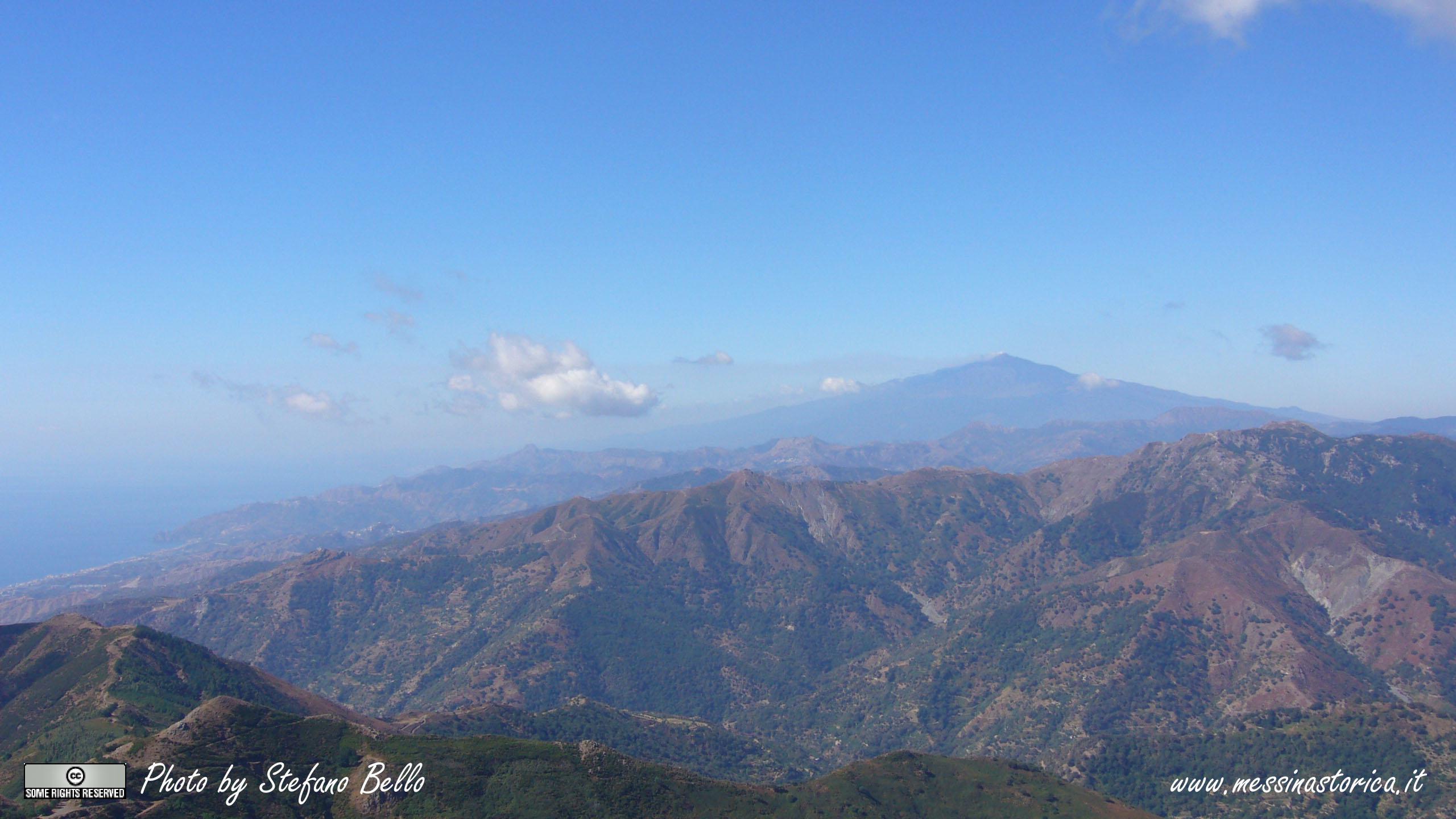 una panoramica in direzione sud: dalla riviera ionica e Capo S.Alessio (sulla sinistra) all'Etna, regina dello scenario - LA FOTO è IN FORMATO PANORAMICO 16:9