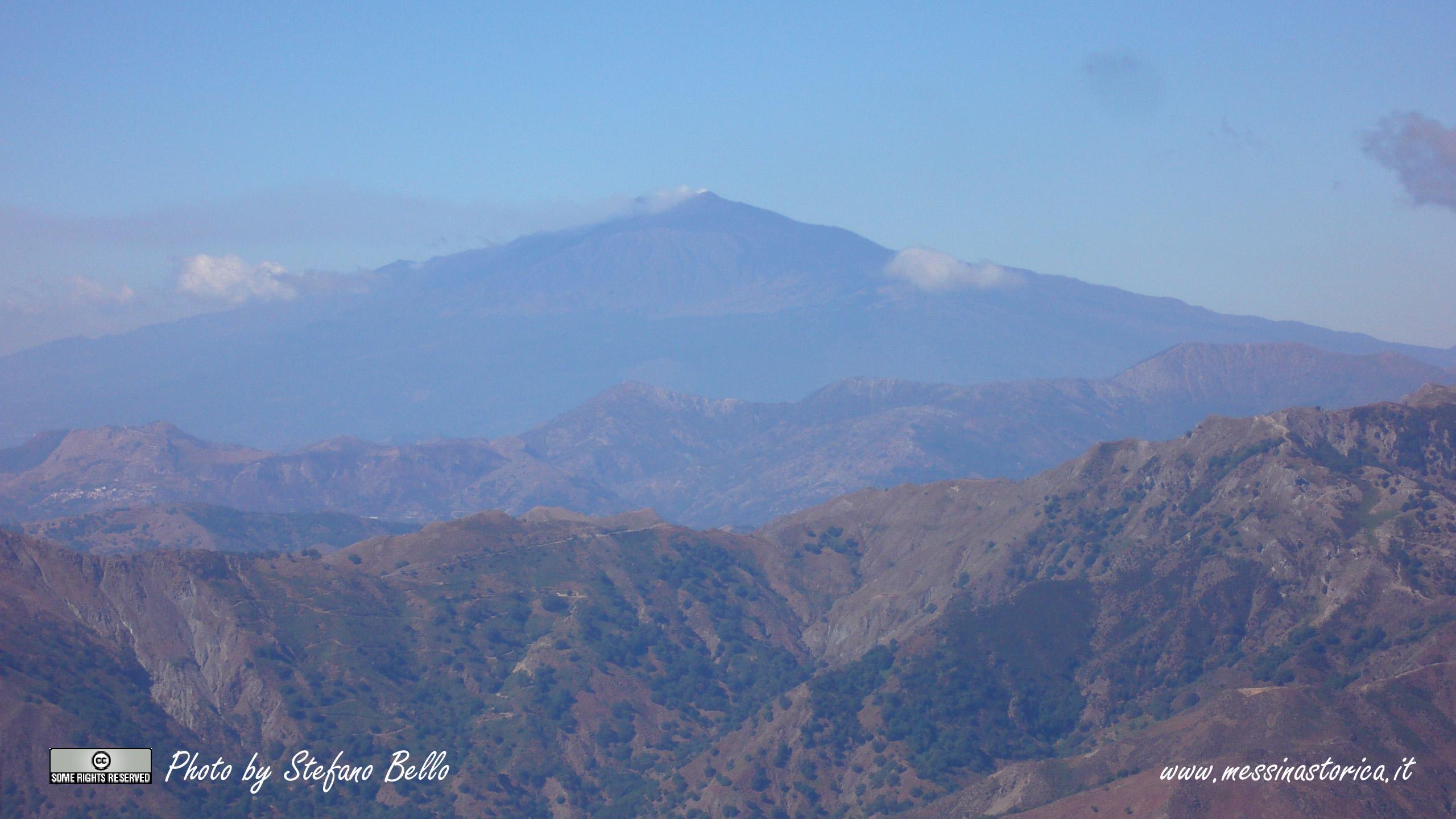 una veduta del vulcano più alto d'Europa: L'ETNA, che dal Monte Scuderi dista circa 70km - LA FOTO E' IN FORMATO PANORAMICO 16:9