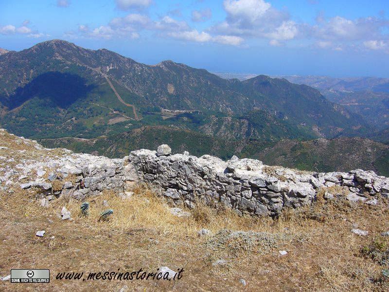 un'altro rudere di abitazione situato vicino al sentiero che arriva dal versante di Itala.