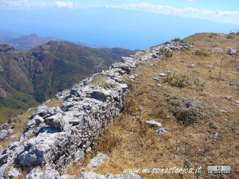 ancora ruderi; sullo sfondo si nota la Calabria.