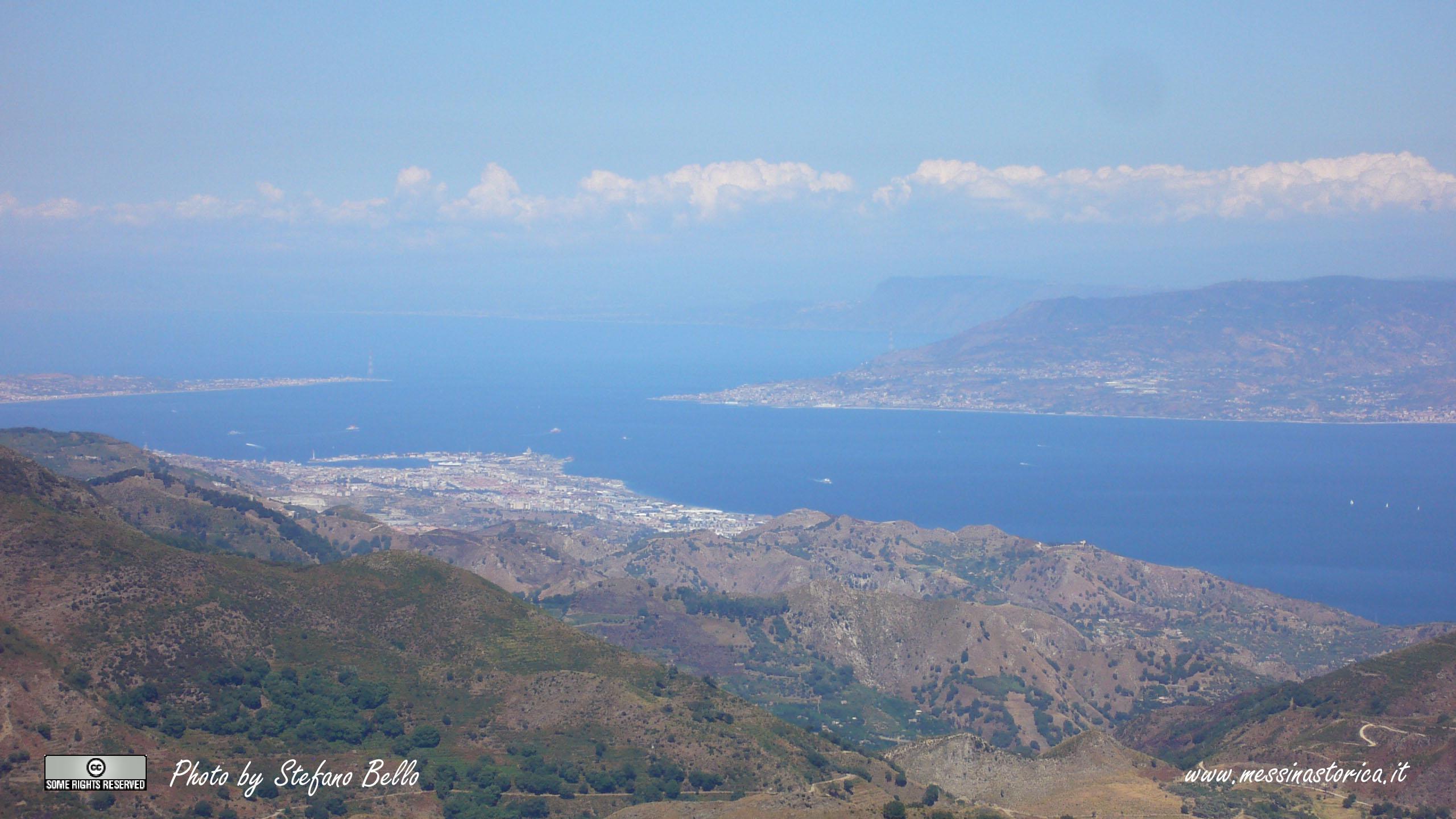 Lo Stretto di Messina visto da Portella Salìci, sulla strada che porta al Monte Scuderi; sullo sfondo si nota Capo Vaticano e, ancora più a Nord, la parte terminale del Golfo di Lamezia - FOTO IN FORMATO 16:9